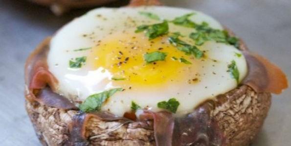 Champiñones rellenos con huevos de codorniz