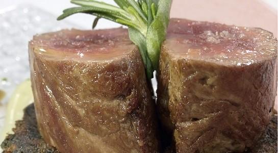 Solomillo de cerdo blanco, trinxat de berza, patatas y crema fina de ajos