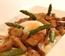 Revuelto de espárragos, boletus y foie con huevo a 65º